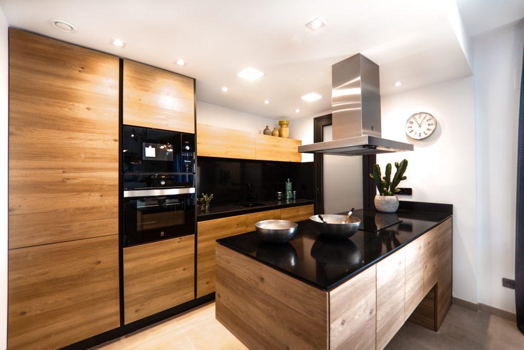Une cuisine noir et bois design avec un îlot central