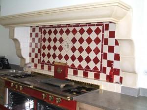 Un damier rouge et crème pour cette faïence de cuisine moderne. Source : atelier Céramiques du Beaujolais.