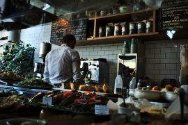 Un cuisinier au travail dans un restaurant