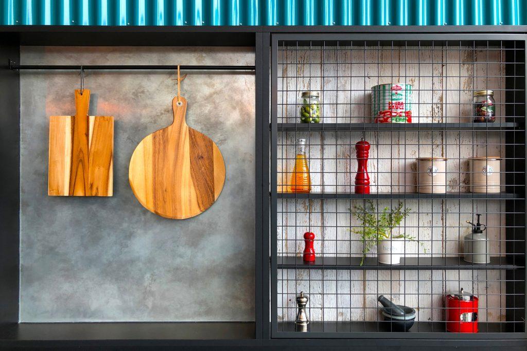 Une cuisine bien rangée avec des éléments suspendus