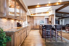 grande cuisine avec des meubles en bois